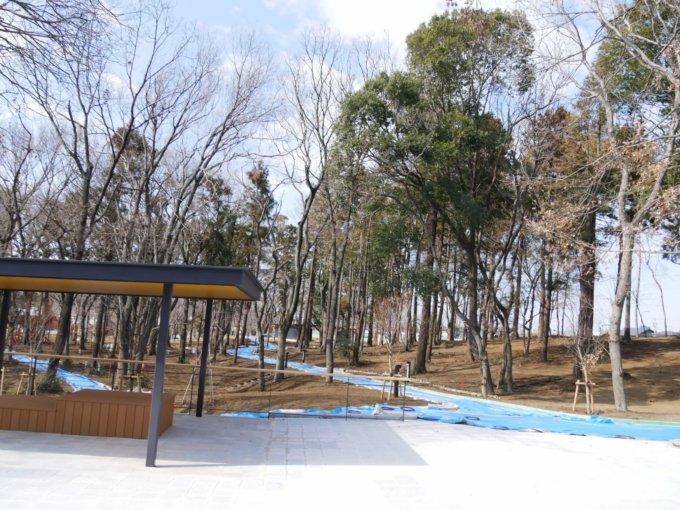 鶴間公園正面エントランス付近の休憩所