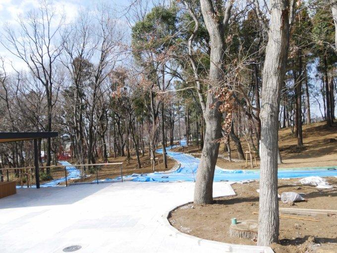 鶴間公園正面エントランス付近の散策路