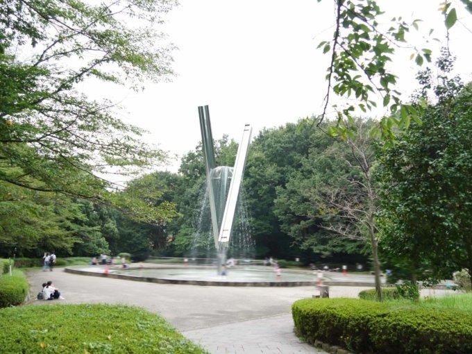 芹ヶ谷公園「虹と水の広場」モニュメント