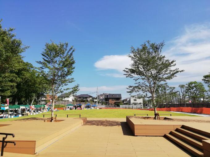 鶴間公園桜テラスからにぎわい広場を見る