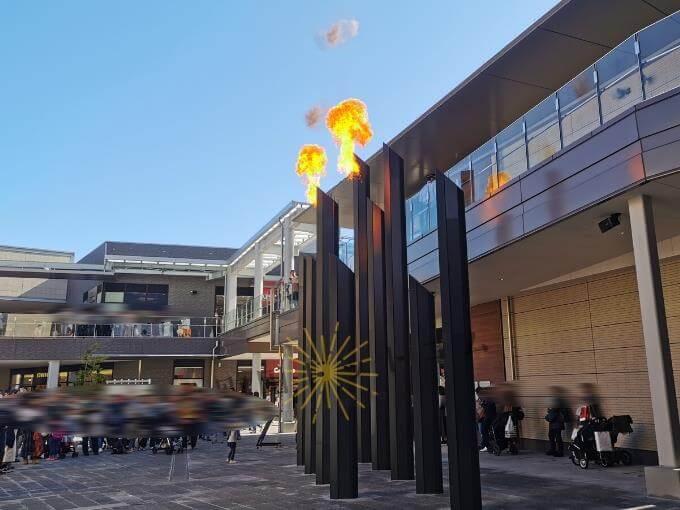 シアタープラザ炎の広場で炎が噴き出す